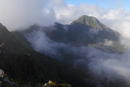 赤岳(雲の中)と阿弥陀岳